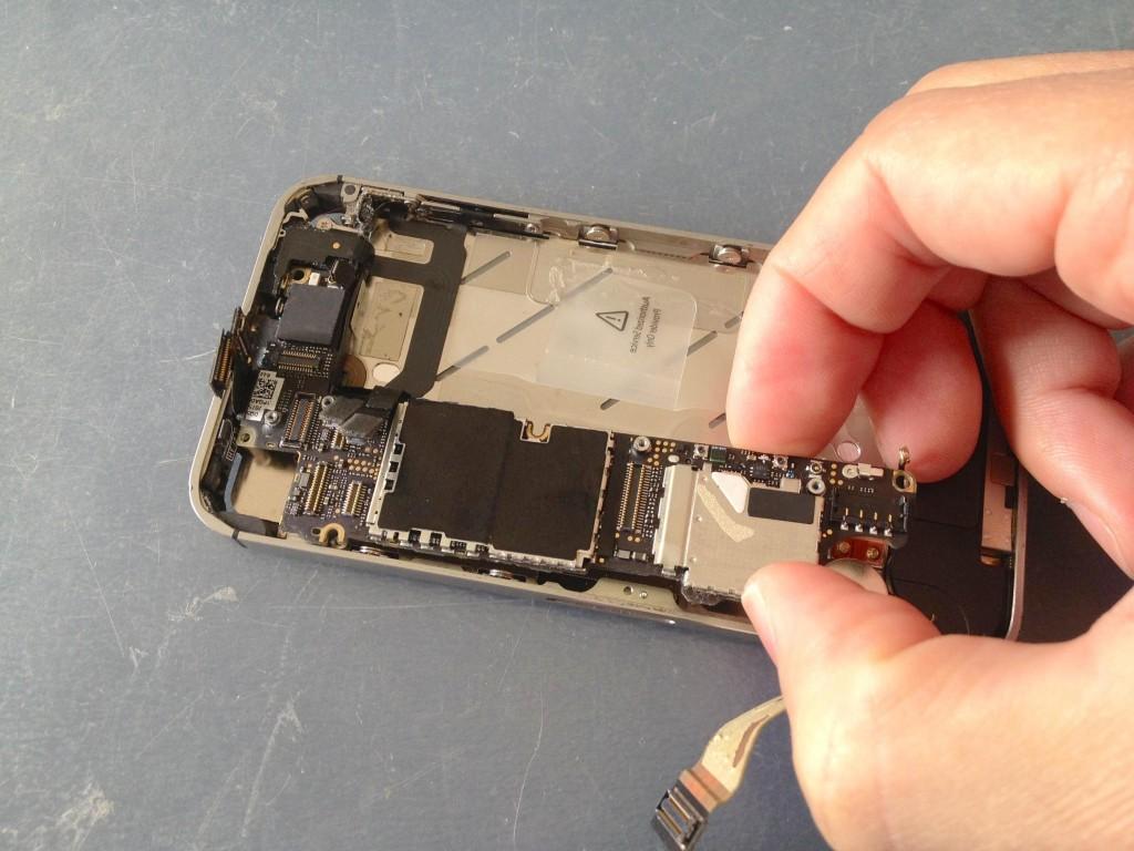 iPhone4S基盤取り出し
