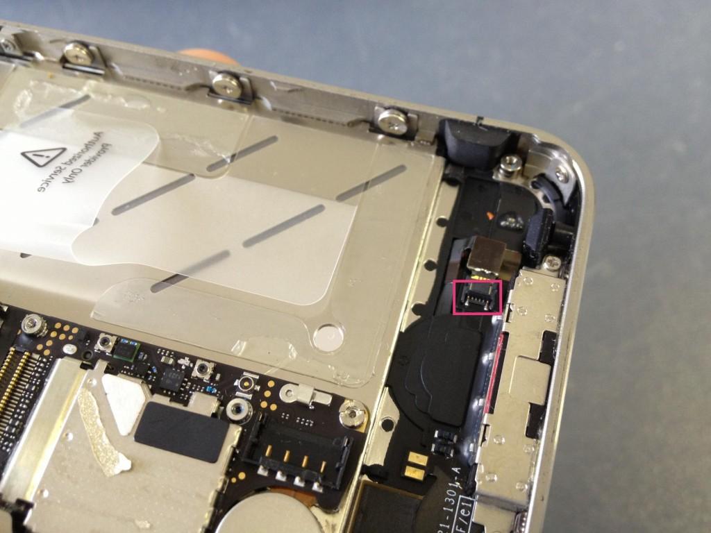iPhone4Sホームボタンケーブルはずす