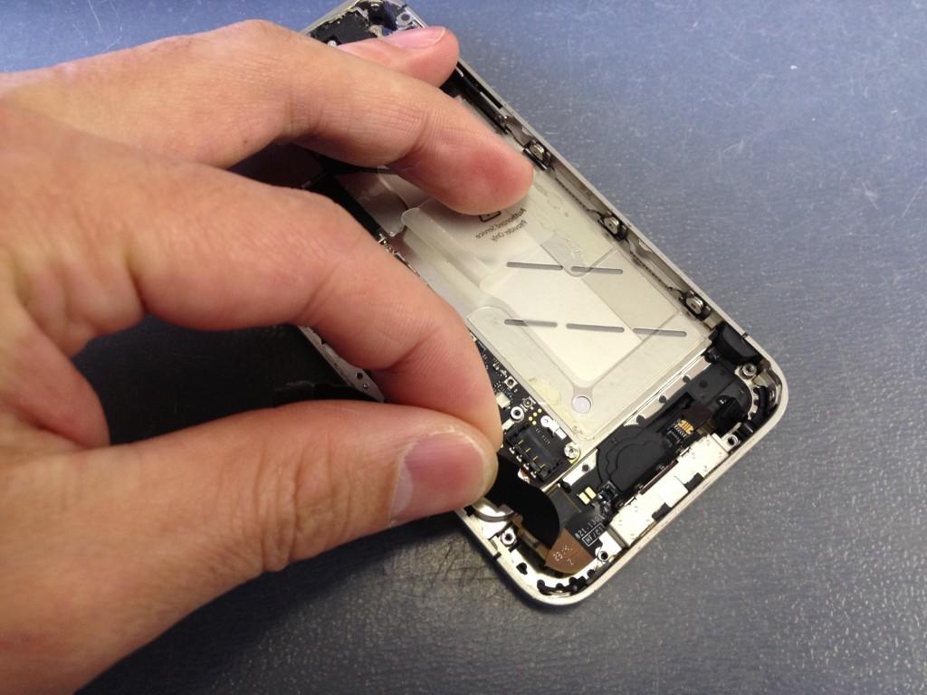 iPhone4Sドックコネクタを外す