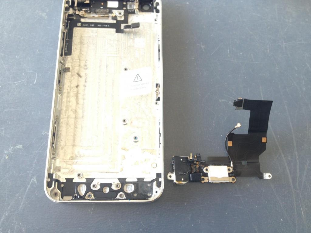 iPhone5ライトニングコネクタ取り外し完了