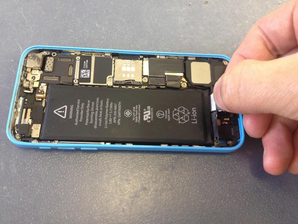 iPhone5Cバッテリー引っ張る