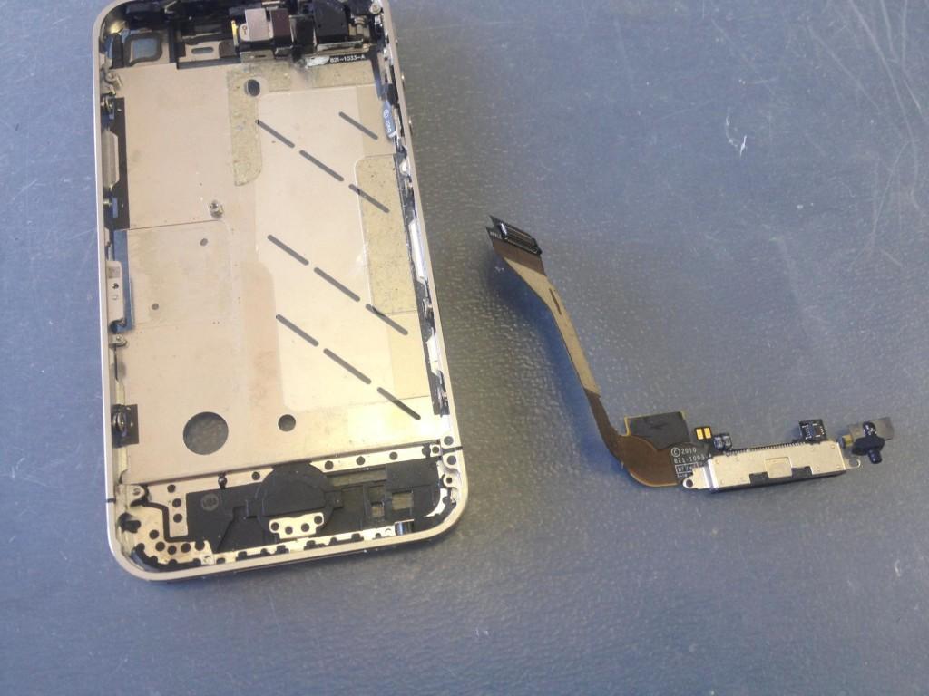 iPhone4ドックコネクタ取り外し